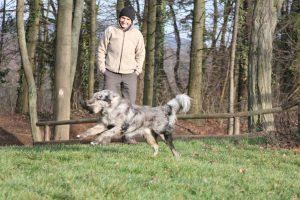 dummy-vor-stolzer-hundetrainerin